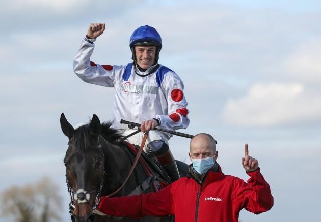 scott-marshall-with-sam-twiston-davies-on-clan-des-obeaux-after-winning