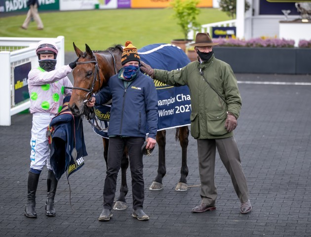 paul-townend-and-willie-mullins-celebrate-winning-with-chacun-pour-soi