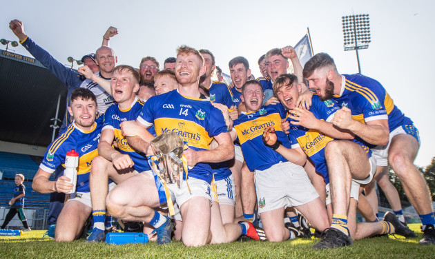 paul-flynn-celebrates-with-the-trophy-and-his-team