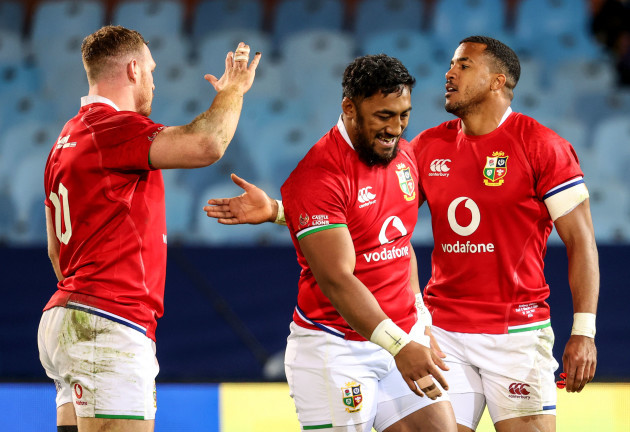 sam-simmonds-celebrates-after-the-game-with-anthony-watson-and-bundee-aki