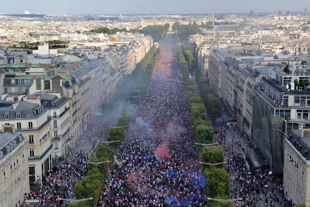 2018-fifa-world-cup-france-wins-final-france-vs-croatia-supporters-paris-am