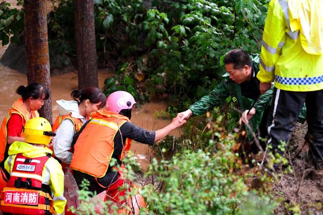 xinhua-headlines-moments-of-solidarity-in-henans-deadly-rainstorm