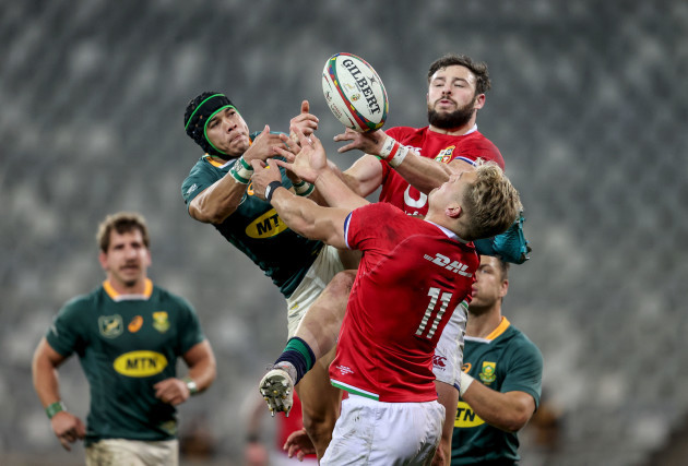 cheslin-kolbe-competes-in-the-air-with-robbie-henshaw-and-duhan-van-der-merwe