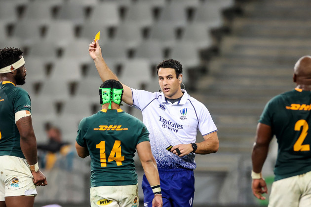 cheslin-kolbe-receives-a-yellow-card-from-ben-okeefe