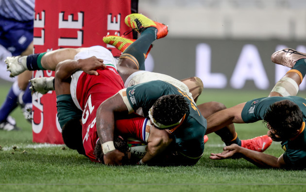robbie-henshaw-scores-a-try-that-is-later-disallowed-after-a-review-by-tmo