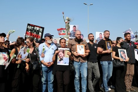 beirut-lebanon-04th-aug-2021-families-of-victims-gather-at-the-port-for-the-first-anniversary-of-the-blast-beirut-lebanon-on-august-4-2021-the-terrible-explosion-of-the-port-of-beirut-occurre