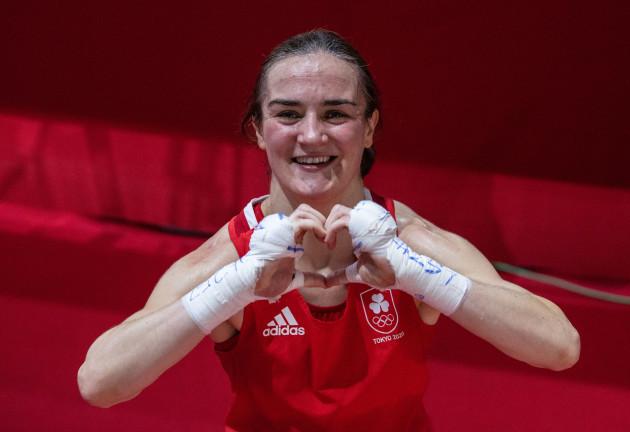 kellie-harrington-celebrates-after-defeating-sudaporn-seesondee