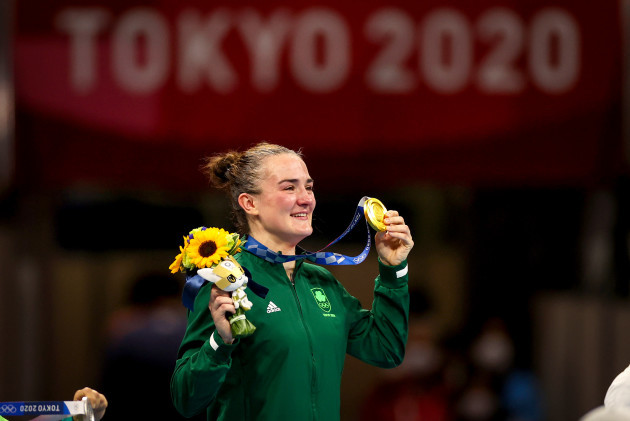 kellie-harrington-celebrates-with-her-gold-medal