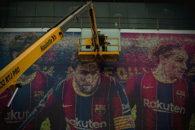 barcelona-spain-10th-aug-2021-workers-remove-the-portrait-of-messi-at-the-facade-of-the-camp-nou-stadium-after-the-exit-of-the-clubs-legendary-ex-forward-credit-matthias-oesterlealamy-live-news