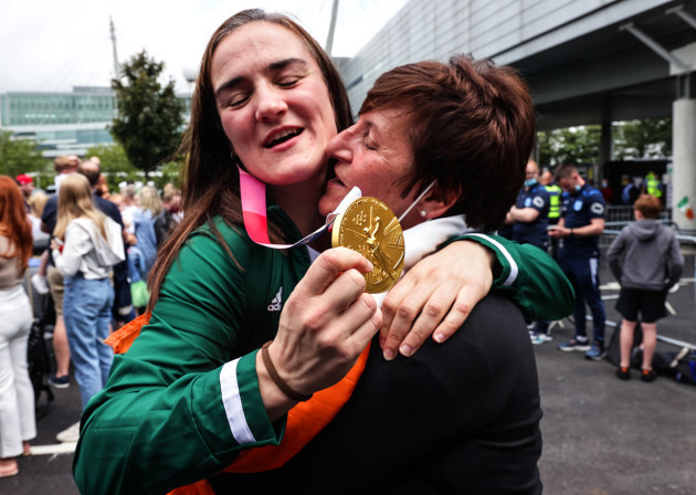 kellie-harrington-is-greeted-by-anna-moore-after-returning-to-dublin-with-her-gold-medal