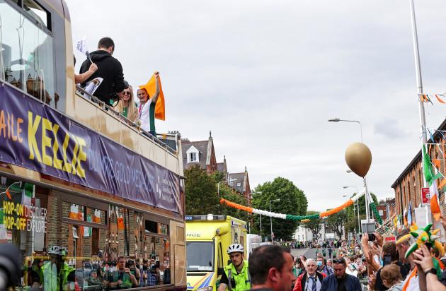 kellie-harrington-on-the-open-top-bus