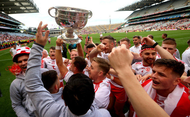 tyrone-celebrate-with-the-trophy