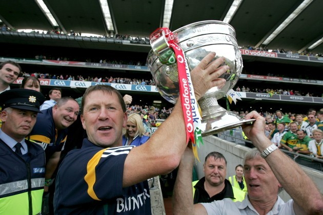 jack-oconnor-raises-the-sam-maguire-with-the-help-of-selector-ger-okeeffe