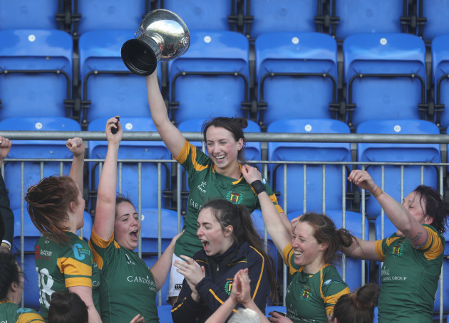 niamh-byrne-lifts-the-trophy