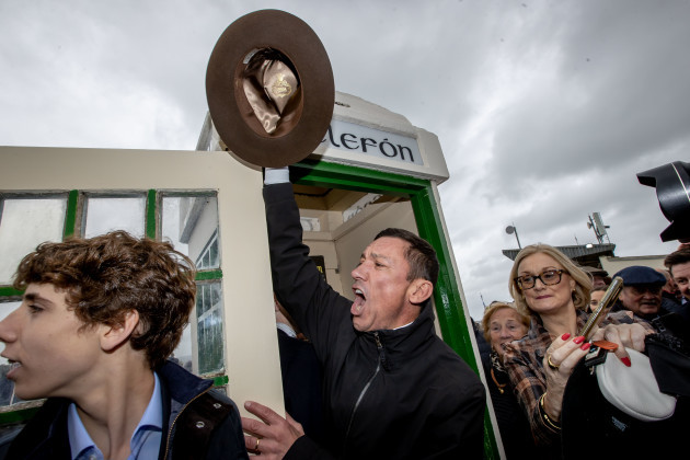 frankie-detorri-auctions-off-barney-curleys-fedora-hat-from-the-famous-phone-box-at-bellewstown-races