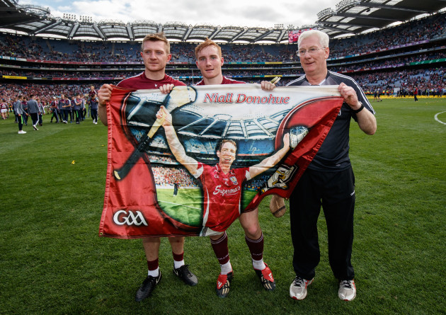 joe-canning-conor-whelan-and-tex-callaghan-with-a-flag-in-memory-of-niall-donohue